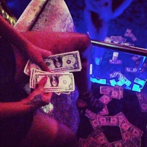 Rihanna-strip-club-cash